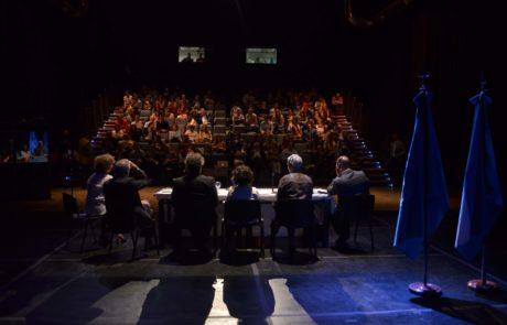 Vista del segundo panel inaugural desde el escenario