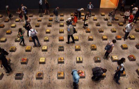 Viste aérea de la muestra, con visitantes observando los objetos