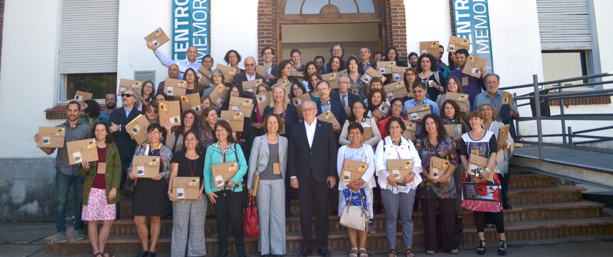 Los casi 100 Participantes de la Conferencia posan parar la foto en la escalera de entrada del Centro Cultural de la Memoria Haroldo Conti